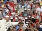 El papa Francisco acaricia a un niño cuando llega a una reunión con fieles del movimiento del Espíritu Santo en la Plaza de San Pedro en el Vaticano, el viernes 3 de julio de 2015. (Foto AP/Gregorio Borgia)