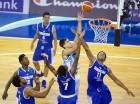 El equipo de baloncesto Sub-19 de República Dominicana (azul oscuro), durante el partido contra Argentina en el Campeonato Mundial FIBA.