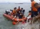 En esta imagen, tomada de un video, rescatistas ayudan a pasajeros de un transbordador que naufragó ante las costas de Ormoc, en la isla de Leyte, Filipinas, el 2 de julio de 2015. (Huge Hugo/Serbisyo Publiko Sa Radyo via AP Video) MANDATORY CREDIT