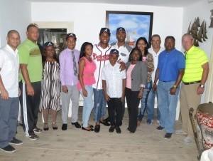Cristian Pache (centro) junto a parte de su familia y a Mark Russo, director de Operaciones Internacionales de los Bravos de Atlanta.