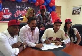 La familia Ventura durante la firma del contrato