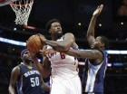 En imagen del sábado 11 de abril de 2015, DeAndre Jordan, de los Clippers de Los Angeles, disputa el balón en duelo con los Grizzlies de Memphis en Los Angeles.