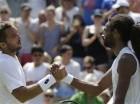 El serbio Viktor Troicki (izquierda) saluda al alemán Dustin Brown tras su partido en el torneo de Wimbledon, el sábado 4 de julio de 2015. Troicki se impuso 6-4, 7-6, 4-6, 6-3. (AP Foto/Pavel Golovkin)