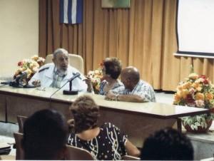 Fidel Castro durante su visita a queseros en Cuba.