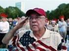 Richard Garcia, de Victoria, Texas, saluda al escuchar el himno nacional durante un ensayo general del concierto por el 4 de julio, Día de la Independencia de EEUU, en el Hatch Shell en Boston.