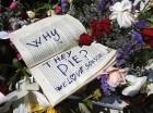 En esta imagen del domingo 28 de junio de 2015, yacen un libro y flores en la escena de un ataque en Susa, Túnez.
