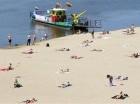 La gente se asolea en una playa junto al río Vístula luego de que una de ola de calor en Europa llegó a Varsovia, Polonia, el viernes 3 de julio de 2015. (Foto AP/Czarek Sokolowski)