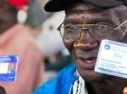 Un obrero cañero pensionado muestra su carné de residencia dominicana.