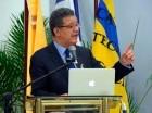 Leonel Fernández se dirige al público en el congreso sobre innovación.