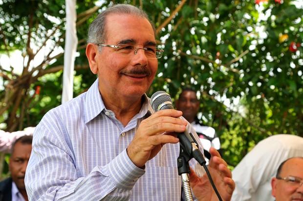 El presidente Medina hace contacto directo con la gente en las visitas sorpresa.