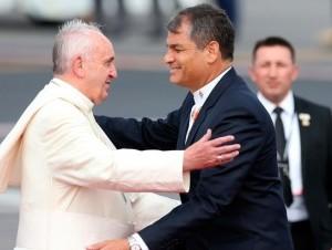 Quito. El papa Francisco arribó ayer a Ecuador en su primera parada de una gira sudamericana que incluye a Bolivia y Paraguay. El sumo pontífice, quien fue recibido por el presidente Rafael Correa al pie de las escalerillas del avión, agradeció a Dios