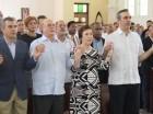Luis Abinader (derecha) junto a Hipólito Mejía y otros dirigentes del PRM durante una misa en memoria del fenecido presidente de la República, don Antonio Guzmán Fernández.
