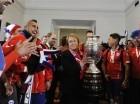 La presidenta de Chile Michelle Bachelet sostiene el trofeo ganado por el quipo representante del país en la Copa América.