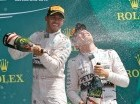 Hamilton celebra con Nico Rosberg.