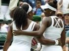 Serena Williams (izquierda) abraza a su hermana Venus Williams tras ganar el partido por el torneo de Wimbledon, el lunes 6 de julio de 2015. (AP Foto/Alastair Grant)