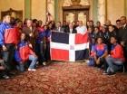 El presidente Danilo Medina entrega la bandera a los atletas.