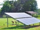 Este es un panel solar colocado para generar energía y sacar agua de pozos.
