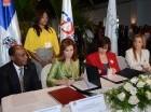 La directora de Contrataciones Públicas, Yokasta Guzmán y Circe Almánzar, vicepresidenta ejecutiva de la AIRD, durante la firma del convenio.