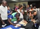 El Ministerio de Interior y Policía inició ayer la entrega de carnés a los extranjeros que se acogieron al Plan de Regularización y cumplieron con los requisitos.