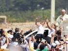 """El papa Francisco saluda a la multitud mientras avanza en el """"papamóvil""""."""