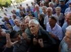 Jubilados griegos acudieron a los bancos a sacar sus ahorros.