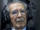 En esta fotografía de archivo del 10 de mayo de 2013 el ex dictador guatemalteco José Efraín Ríos Montt esucha con auriculares el veredicto de un juicio por genocicio en su contra en la Ciudad de Guatemala.
