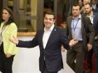 El primer ministro griego Alexis Tsipras, al centro, sale del edificio después de una reunión de emergencia de jefes de estado de la eurozona en Bruselas, el martes 7 de julio de 2015.
