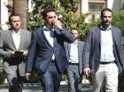 El primer ministro griego, Alexis Tsipras, en el centro, junto al ministro de Estado, Nikos Pappas, a la izquierda, y el portavoz del gobierno, Gabriel Sakellaridis, a la derecha, en Atenas.