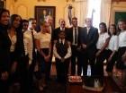 Danilo Medina junto a estudiantes.