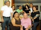 Doña María E. Medina Feliz de Medina rodeada de sus familiares.