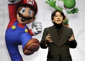 Satoru Iwata, presidente y director general de Nintendo Co. Ltd., hace declaraciones en conferencia de prensa en la que la compañía presentó su versión mejorada del control remoto Wii y nuevos juegos durante la Cumbre E3 en Los Angeles,California, el