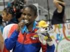 La gimnasta Yamilet Peña muestra con orgullo su presea de plata.