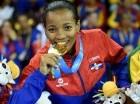 Ana Villanueva muerde la medalla de oro conquistada ayer ante la chilena Gabriela Bruna en los 50 kilogramos de karate.