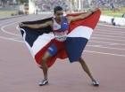 Luguelin Santos posa con la bandera de República Dominicana tras ganar oro en los 400 metros planos de los Juegos Panamericanos Toronto 2015.