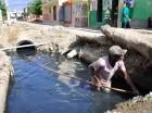 """Santiago. El ayuntamiento de Santiago interviene las calles de la comunidad """"La Gloria"""", donde las aguas cloacales se desbordan y se han convertido en una amenaza para sus residentes. Los trabajos se iniciaron luego de que elCaribe publicara una serie"""