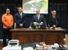 El procurador Domínguez Brito cuando ofrecía detalles del apresamiento.