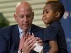Cuando el doctor L. Scott Levin sostiene su mano, el receptor de un doble trasplante de mano de ocho años, Zion Harvey, mueve sus dedos durante una conferencia de prensa en el hospital infantil de Filadelfia (CHOP).