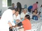 Especialistas de la Fundación Médicos en Apoyo consultan a personas pobres durante operativo organizado en la comunidad de El Pino de Dajabón.