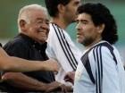 El técnico de la selección de Argentina, Diego Maradona, derecha, aparece frente a su padre del mismo nombre el 26 de marzo de 2009 en Buenos Aires.
