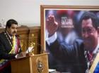 El presidente venezolano Nicolás Maduro habla durante una sesión en la Asamblea Nacional con un retrato del exmandatario Hugo Chávez en el fondo, en Caracas, Venezuela, el lunes 6 de julio de 2015.