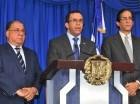 Andrés Navarro lee la respuesta del Gobierno al informe de la OEA, junto a Gustavo Montalvo y José Ramón Fadul.