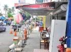 Comercios ocupan espacios del peatón para ofertar mercancías.
