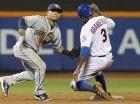 El campocorto Yangervis Solarte, izquierda, de los Padres de San Diego, sorprende a Curtis Granderson robándose una base por los Mets de Nueva York en el quinto inning del juego en Nueva York.
