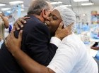 Danilo Medina abraza una obrera de ZF.