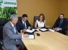 Durante la firma del convenio entre directivos de Agrodosa, Mamfre BHD y Seguros Banreservas.