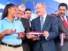 Danilo Medina corta la cinta en el acto.