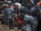 Soldados del ejército de Nepal y rescatistas de la policía recuperan el cadáver de una víctima de un deslave en el pueblo de Lumle , situado a unos 200 kilómetros de Katmandu, el jueves 30 de julio de 2015.