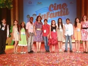 Margarita Cedeño de Fernández junto a niños que participaron en la actividad.