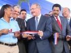 El presidente Danilo Medina corta la cinta para dejar inaugurada una escuela en Villa Mella.
