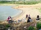 Obreros limpian en el entorno de la presa de Tavera en Moca.
